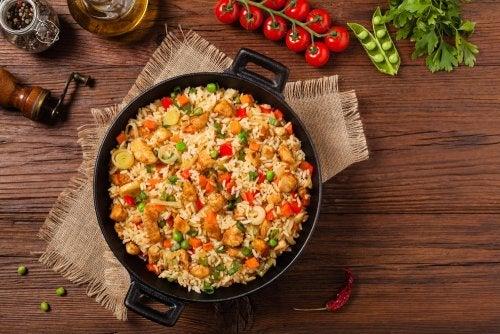 Vähäkalorinen riisi vihanneksilla ja chia-siemenillä valmistuu käden käänteessä kotona