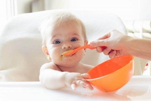 Vauvan kehittymätön ruoansulatus voi aiheuttaa hikkaa