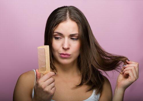 hiukset ja kampa
