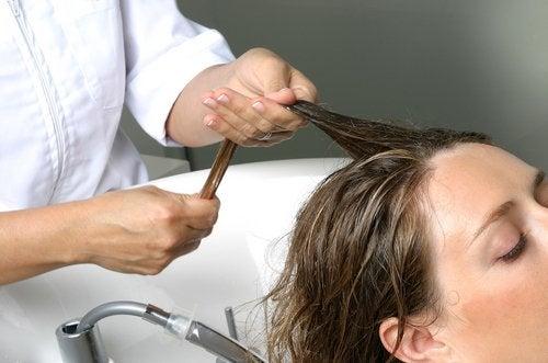 Päänahan hieronta auttaa saamaan runsautta hiuksiin