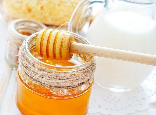 hunajaa kasvonaamiossa
