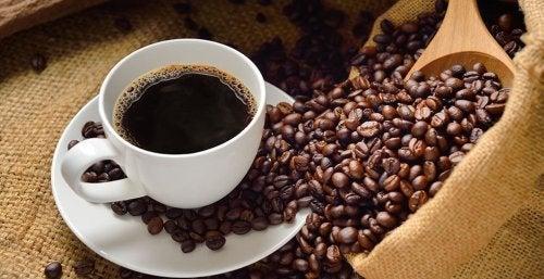 kahvikuppi ja kahvipavut