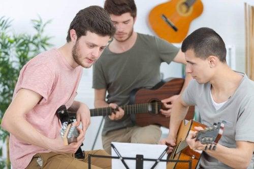 Kehittävät aktiviteetit auttavat kohottamaan teini-ikäisen itsetuntoa ja sosiaalisia suhteita