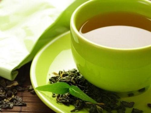 Hoitavat yrttiteet kuten vihreä tee auttavat vatsan turvotukseen