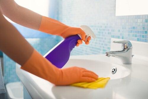 Kylpyhuoneen päivittäinen siistiminen on hyvä apukeino siivoustaakan keventämisessä