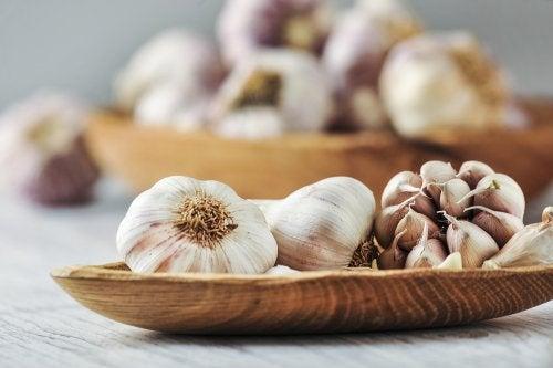 Valkosipulia voi käyttää sekä ruoan maustamiseen että joidenkin tulehdusten helpottamiseen