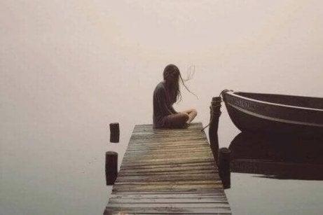 nainen yksin laiturilla