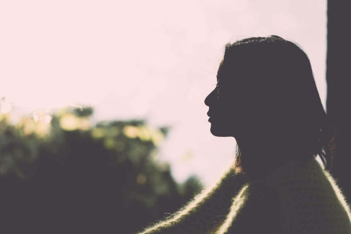 nainen opettelee olemaan yksin
