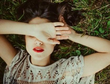 Nainen peittää silmänsä