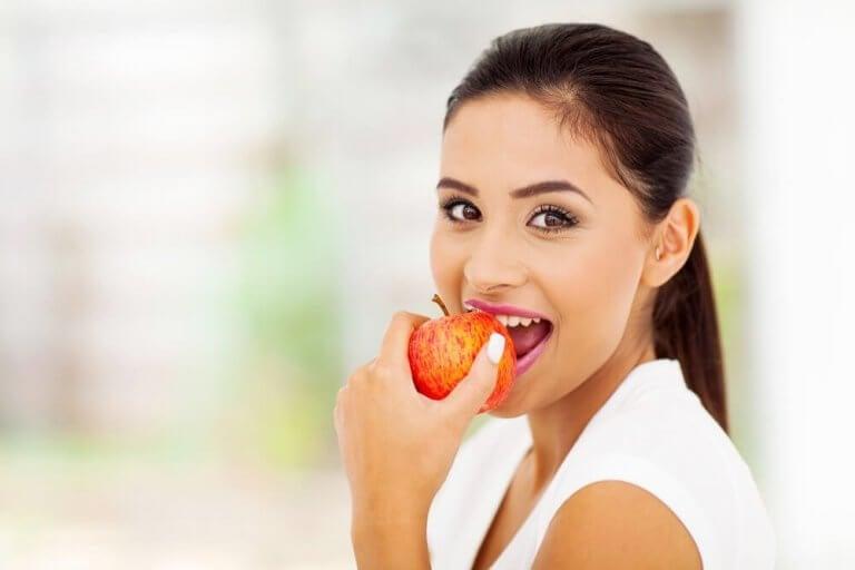 Omenoiden syöminen voi auttaa pääsemään eroon tupakasta