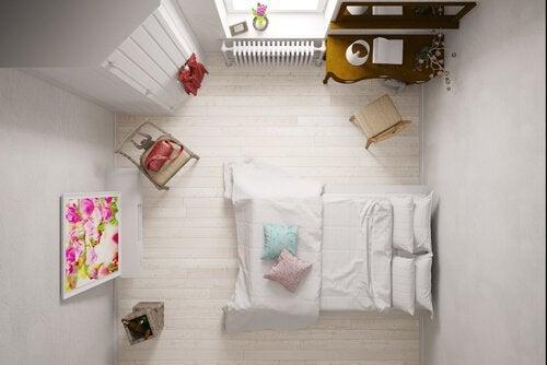 Järkevä tilaratkaisu tuo pieneenkin makuuhuoneeseen lisätunnelmaa