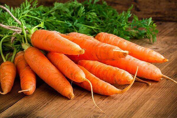 Kemiallisesti käsitellyt porkkanat tunnistaa voimakkaan oranssista väristä