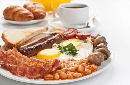 Proteiinista voi koostaa terveellisiä aamiaisia painonpudotukseen