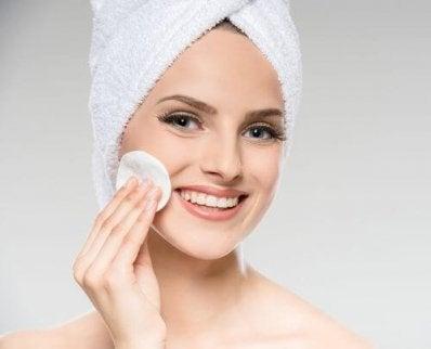 Iho tulee puhdistaa säännöllisesti ja huolellisesti saadakseen täydelliset kasvot