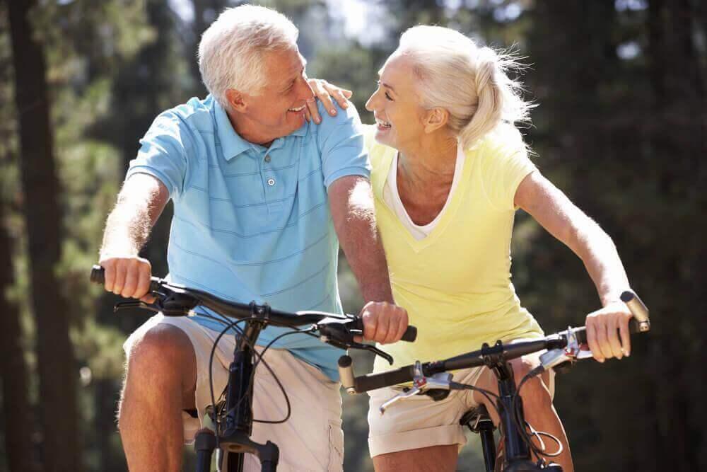 iäkäs pariskunta pyöräilemässä
