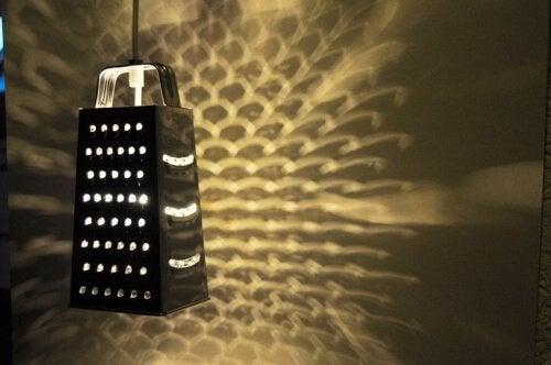 Raastimesta tehty lampunvarjostin ei varmasti tule vastaan jokaisessa kodissa!