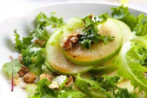 Salaatti vihreästä omenasta