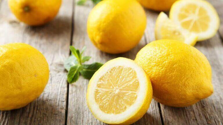 sitruunat pöydällä