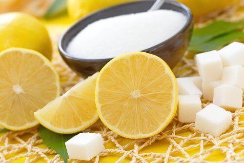 kuivan ihon kuorinta sokerilla ja sitruunalla