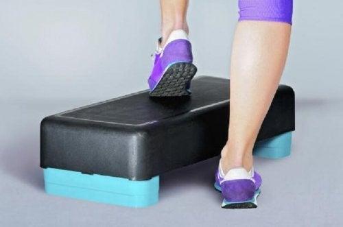 Step-aerobicin luonnollinen jalan liike auttaa saavuttamaan vahvemmat luut