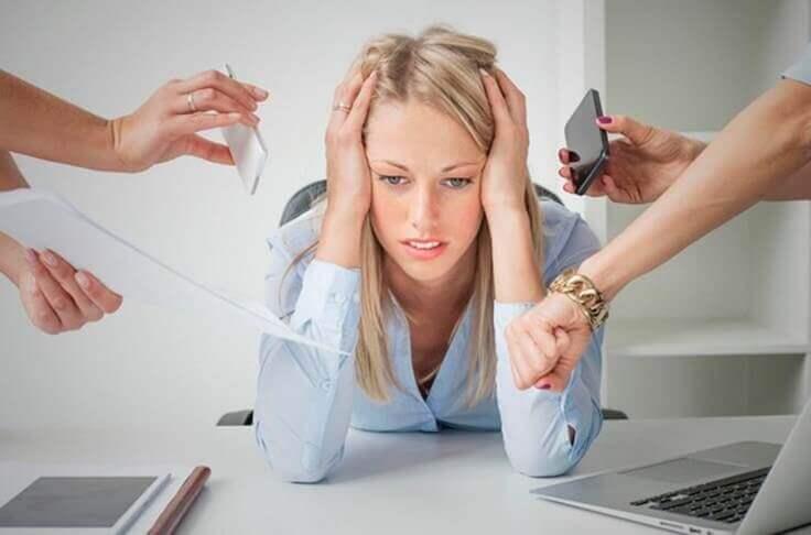 naisella on stressiä