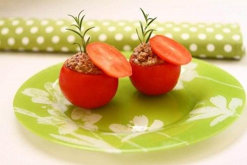 Kevyet ja herkulliset tonnikalalla täytetyt tomaatit