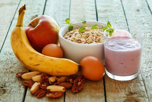 Terveellinen aamiainen sisältää kaikkia makroravintoaineita