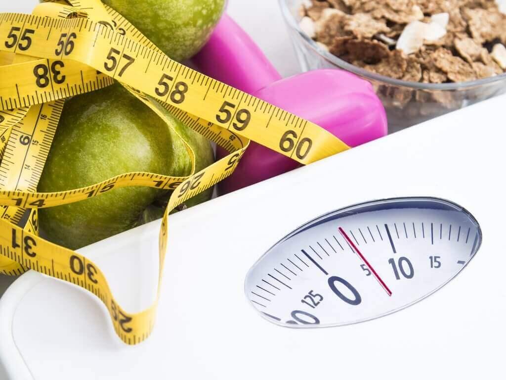 terveelliset ruoat ja vaaka