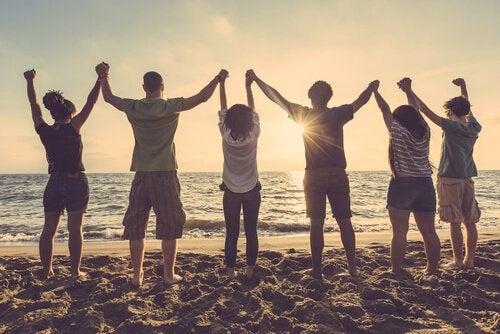 Teini-ikäinen tarvitsee ympärilleen rakentavia ystävyyssuhteita