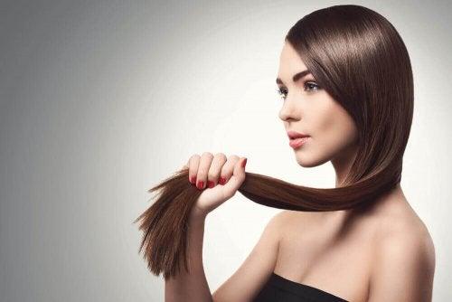 Parhaat luontaishoidot hentojen hiusten vahvistamiseen