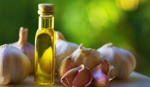 Valkosipuliöljyn monipuoliset käyttötarkoitukset hoitavat sekä flunssaa että ihon sienitulehduksia