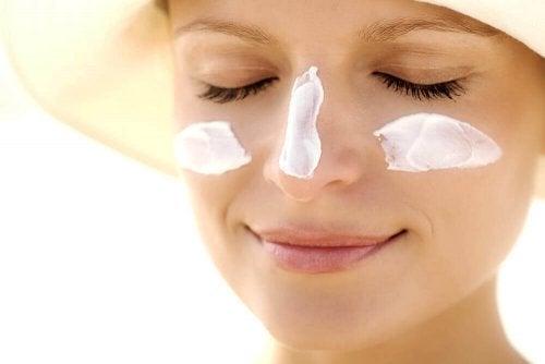Aurinkorasva suojaa ihoa auringon haitalliselta UV-säteilyltä