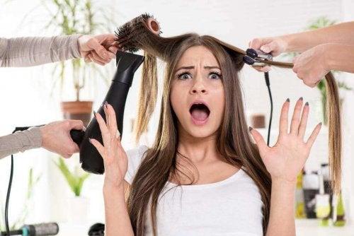 Hiusten lämpökäsittely voi tehdä vahinkoa syvälle hiuksen juureen