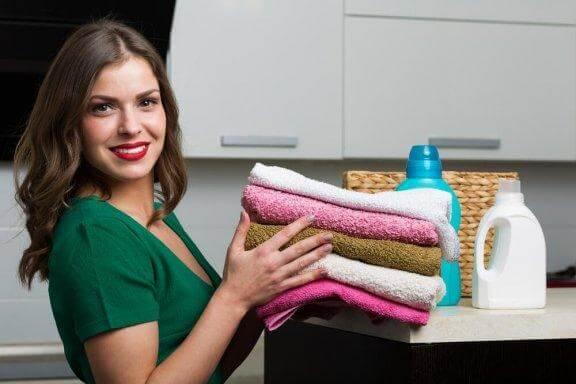 Raikastava kotitekoinen huuhteluaine pyyhkeille