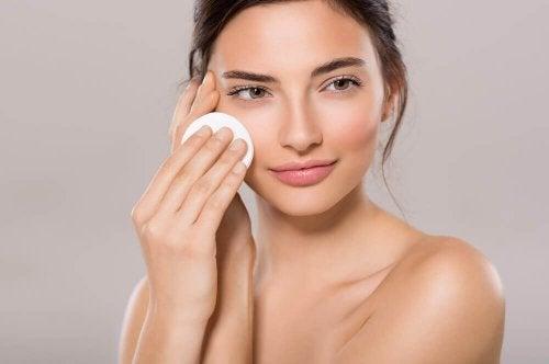 Päivittäinen kasvoveden käyttö auttaa laajentuneiden ihohuokosten pienentämisessä