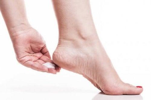 Känsien poisto jaloista seitsemän kotikonstin avulla