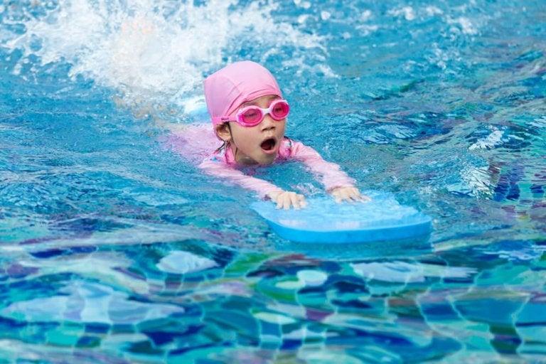 Haluatko itse opettaa lapsesi uimaan? Näin se onnistuu!