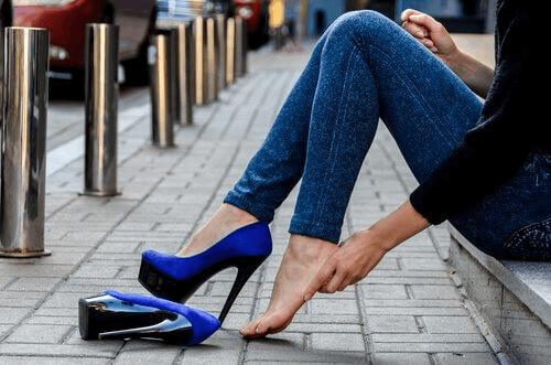 Korkokenkien käyttö pitkään aiheuttaa kipua jaloissa