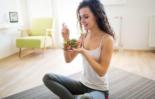 pysy kunnossa ja hoikkana syömällä salaattia