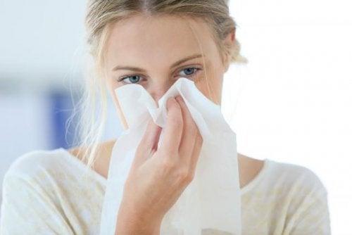 Nenän tukkoisuus on ärsyttävä oire, joka voi aiheuttaa väsymystä ja päänsärkyä