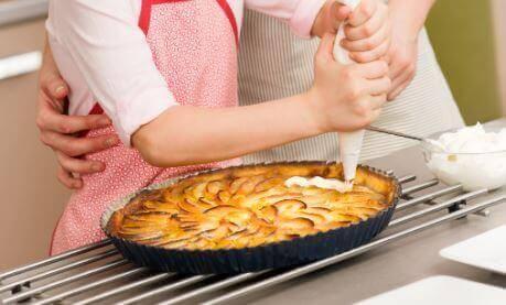 omenapiirakan valmistaminen perheen kesken