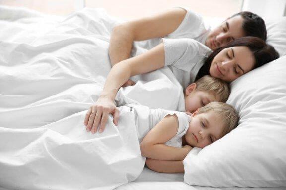 Perheen nukkuminen yhdessä - hyvä vai huono idea?