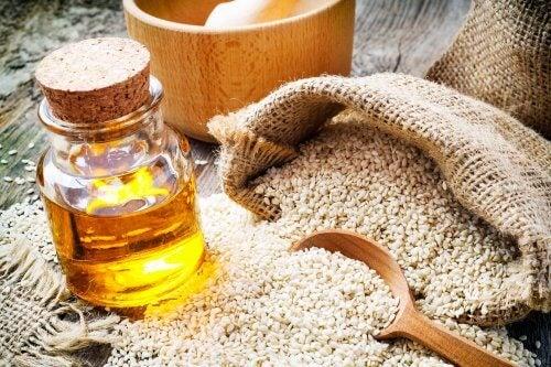 Tinnitusta voi hoitaa kotona tehokkaasti seesamiöljyn ja valkosipulin avulla