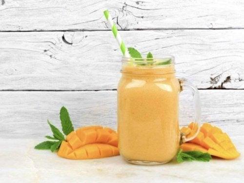 Voit käyttää mangoa ummetuksen hoitoon valmistamalla siitä smoothien