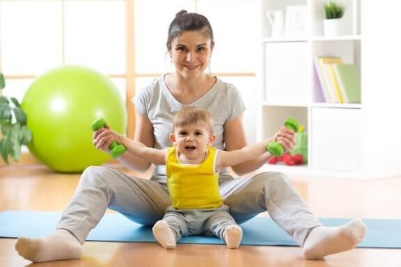 Miten vauvan opettaminen istumaan tapahtuu?