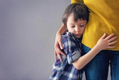 lapsi halaa äitiä