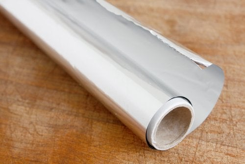 Alumiinifolion ja karkean merisuolan yhdistelmä poistaa lian tehokkaasti