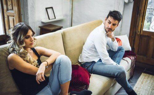 epäluottamus parisuhteessa: kumppanit mököttävät