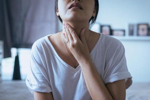 Epämiellyttävää tunnetta kurkussa voidaan lievittää kotona kamomillan, salvian ja mintun avulla