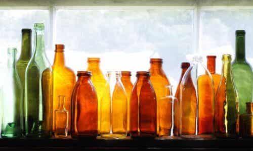 Käytä kierrätettyjä lasipulloja puutarhan koristelussa
